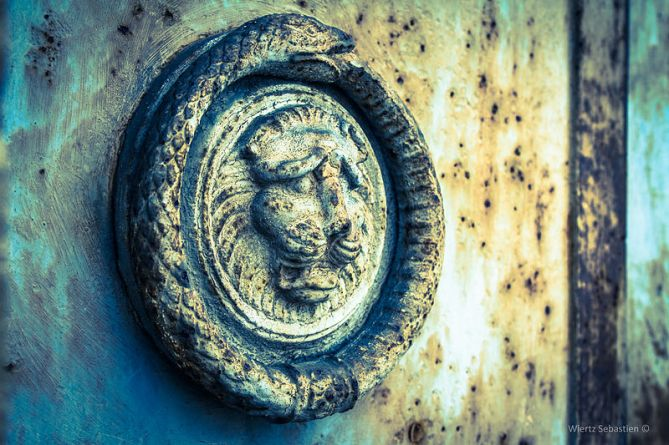 800px-Ouroboros_on_a_cemetery_door