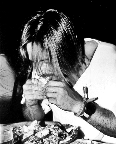 Kurt_Cobain_chows_down_on_crabs